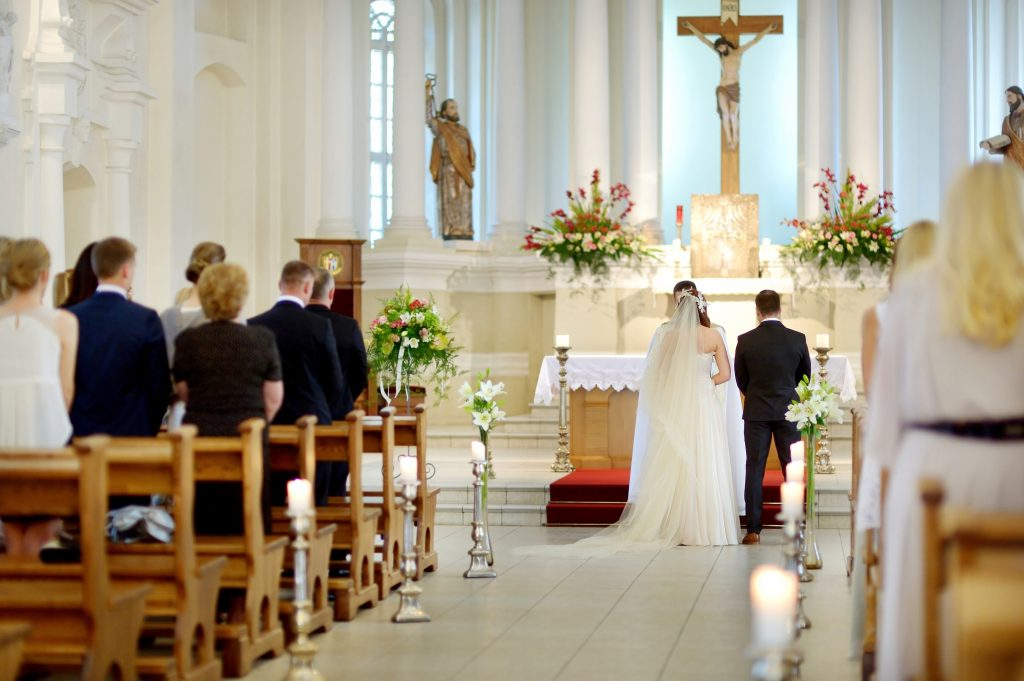 Das Brautpaar ist mit dem Kopf voll bei der Trauung - im Hintergrund passiert gerade so viel!