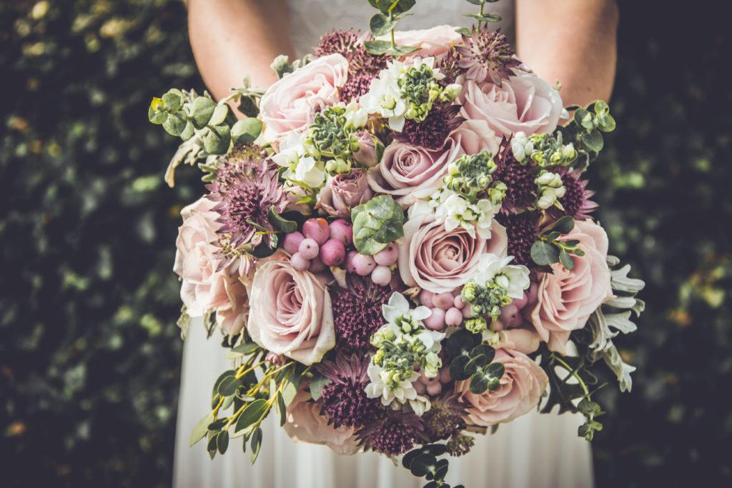 Dunkle Blumen in der Hochzeitsdekoration