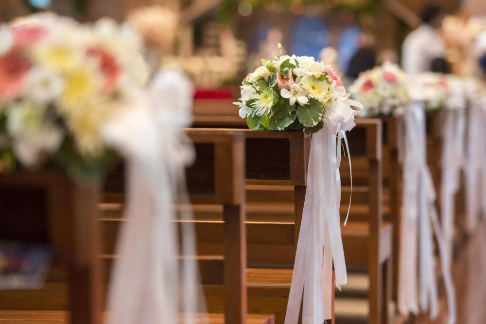 Hochzeitsdeko für die Trauung Kirchenbänke