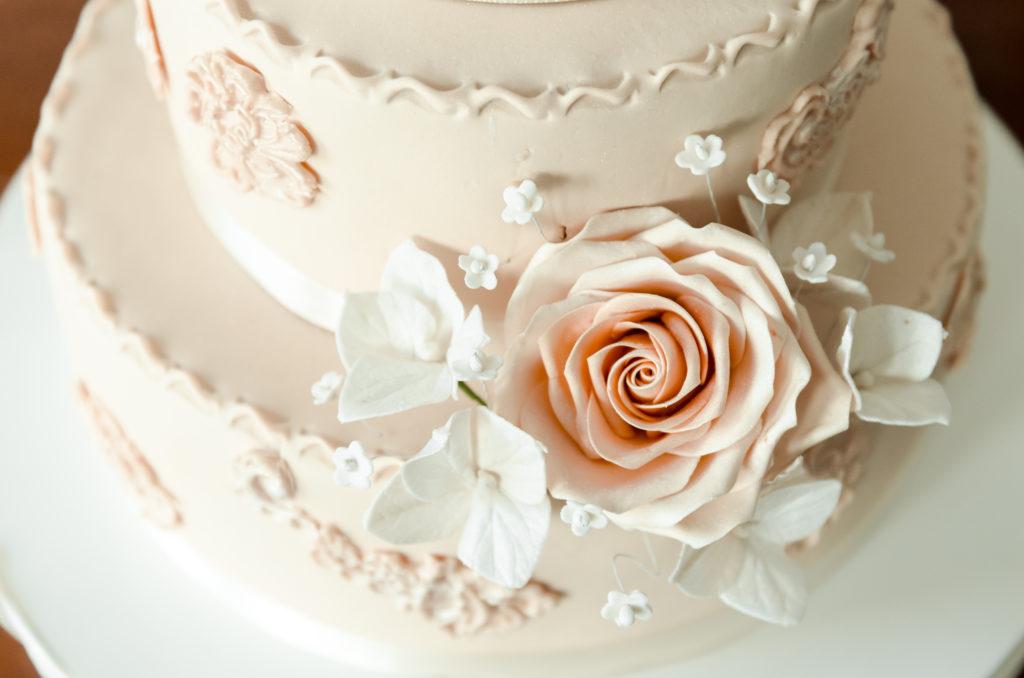 Hochzeitstorte als Dessert servieren