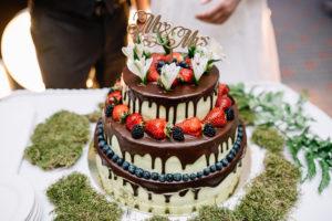 Hochzeitstorte servieren