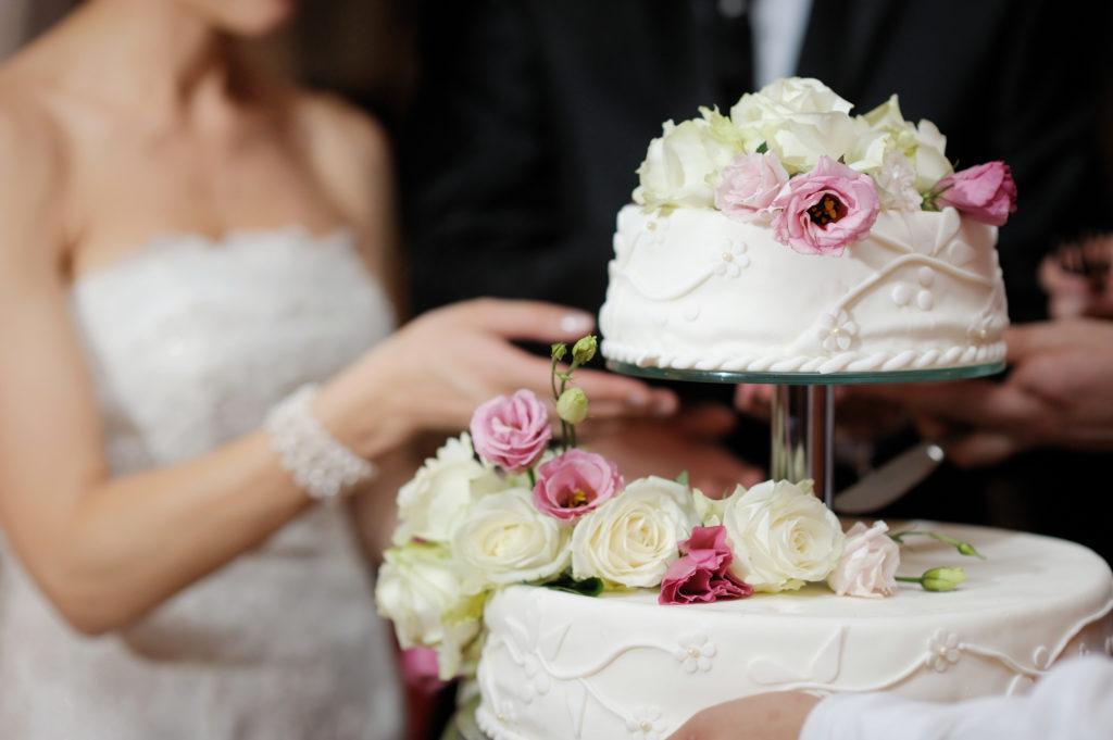 Hochzeitstorte zu Kaffee und Kuchen Zeit servieren