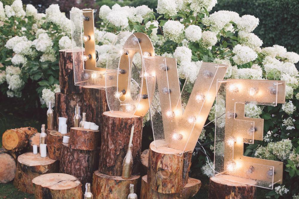 Hochzeitsfeier planen Liebevolle Details für eure Traumhochzeit LED Buchstaben