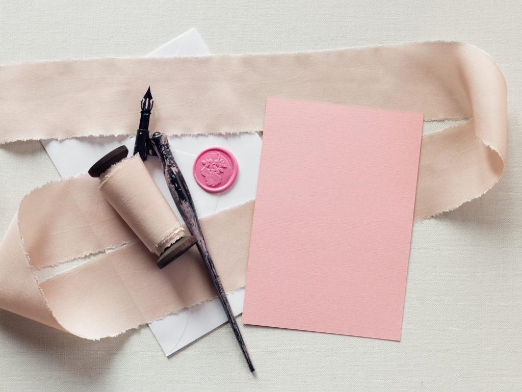Am schönsten sieht die Glückwunschkarte aus, wenn sie mit einem Füller oder einer echten Schreibfeder geschrieben wurde. ©Karniewska/Shutterstock.com