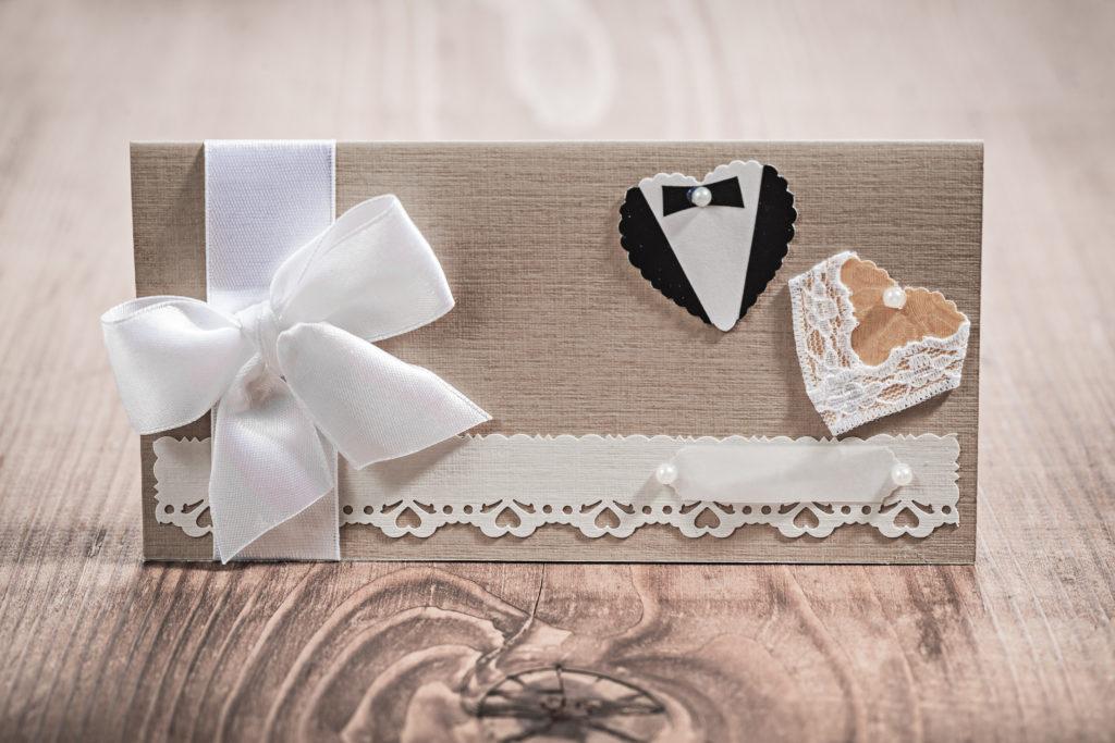 Besonders schön sind hochwertige Glückwunschkarten aus festem Papier mit einem passenden Umschlag und mit einer persönlichen Widmung. ©mihalec/Shutterstock.com