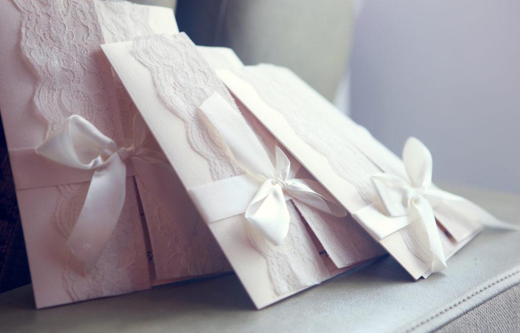 Heutzutage ist es immer noch angemessen Glückwunschkarten aus Papier zu überreichen. ©Kuznetcov_Konstantin/Shutterstock.com