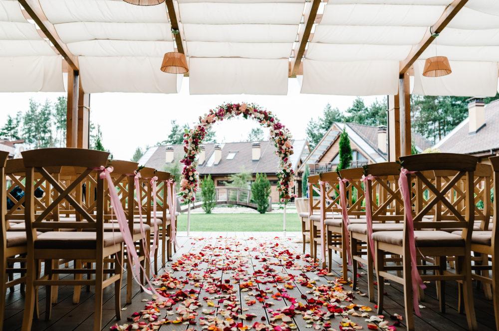 Hochzeitsdeko für die Trauung Blumenbogen