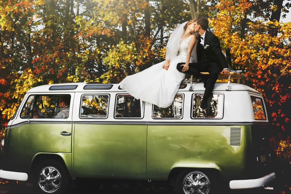 Hochzeitsauto Bulli Brautpaar