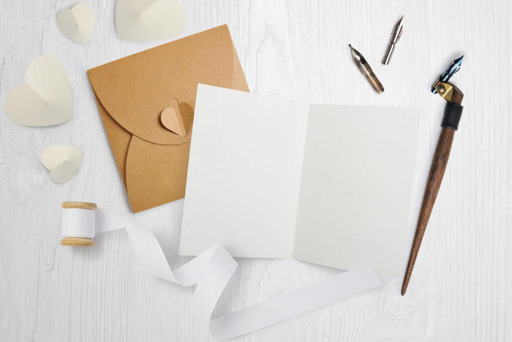 Wer etwas geschickt mit Papier, Schere und Kleber ist, kann die Glückwunschkarte natürlich auch ganz allein gestalten.©TymonkoGalyna/Shutterstock.com