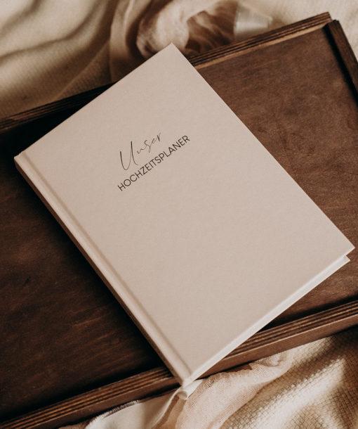 """Unser Hochzeitsplaner Buch Cover e1609572915223 Carinas Hochzeitsplanung Buch: """"Unser Hochzeitsplaner"""""""