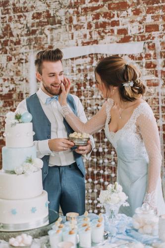 Winterhochzeit Brautpaar Tortenanschnitt